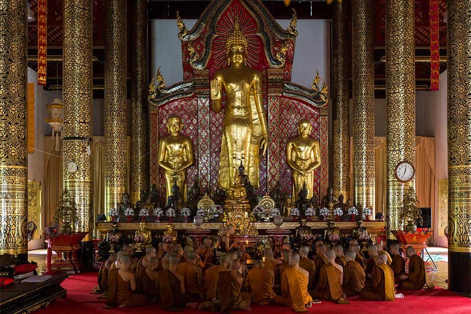 <multi>[fr]Moines dans le vihan du Wat Chedi Luang[en]Monks in the vihan of Wat Chedi Luang</multi>